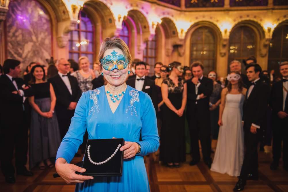 Die Ballkönigin 2020 hat eine Perlenkette gewonnen